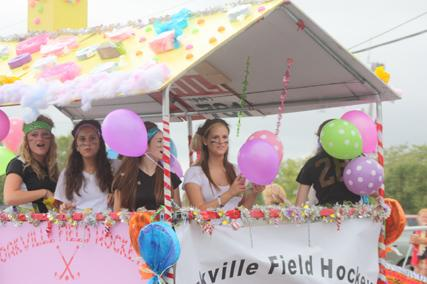It's Raining Spirit : Rain doesn't stop the homecoming parade