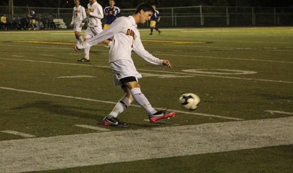 Soccer struggles to score, falls to Eureka on senior night