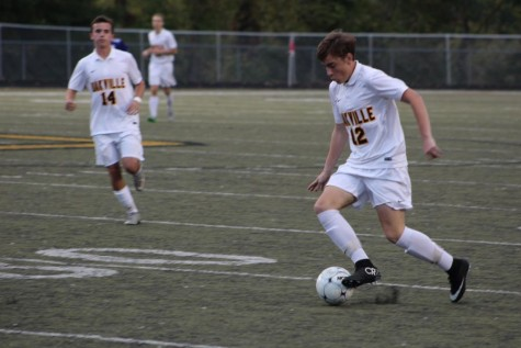 Blake Preiss (11) moves the ball during the Eureka game.