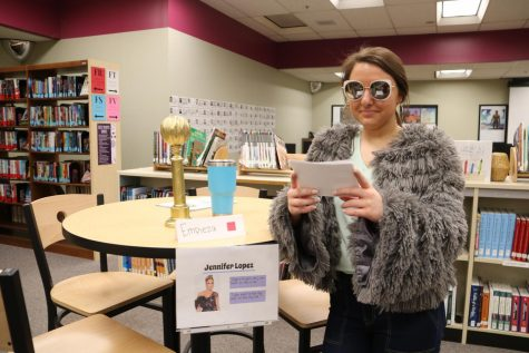 Spanish Ⅳ students create wax museum in library
