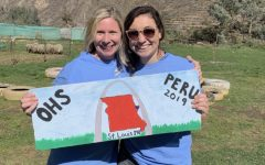 Sra. King and Sra. Nitz hold the St. Louis sign together in Peru.