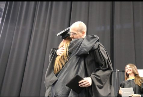 Students surprise retiring teacher with notes